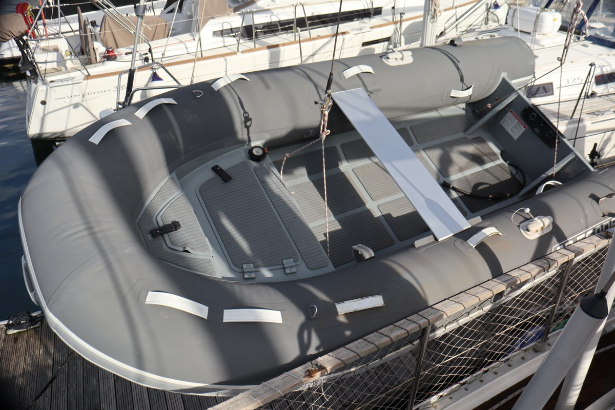 3d Tender 320 lifted by halyard